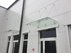 Szklany daszek na białej ścianie